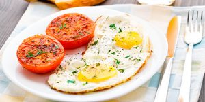 recept-yaichnicy-s-pomidorami-na-tarelke